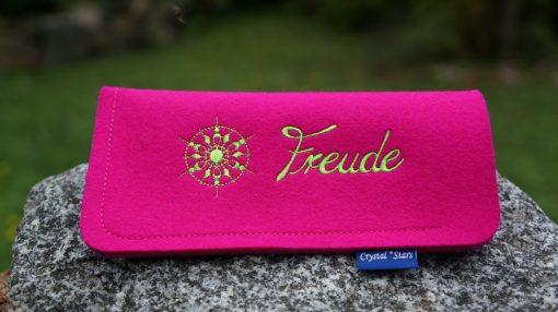 Brillenetui Filz Pink mit Kristall und Wort Freude gestickt in Lime