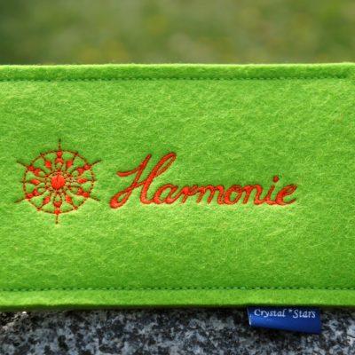 Handyhülle Filz Lime mit Kristall und Wort Harmonie gestickt in Orange