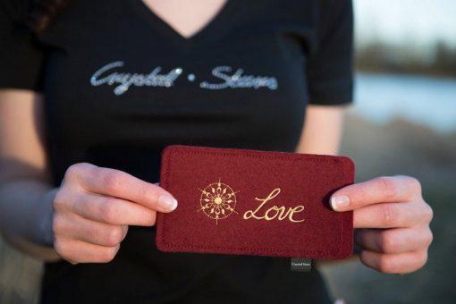 Handyhülle Filz weinrot mit Kristall und Wort Love in Gold, gestickt