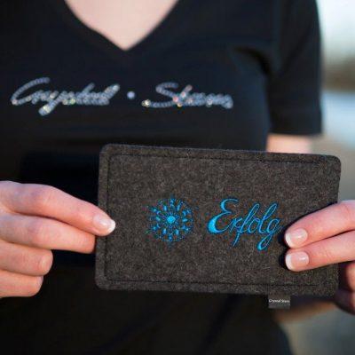 Handyhülle Filz anthrazit mit Kristall und Wort Erfolg in blau, gestickt
