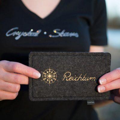Handyhülle Filz anthrazit mit Kristall und Wort Reichtum in Gold, gestickt