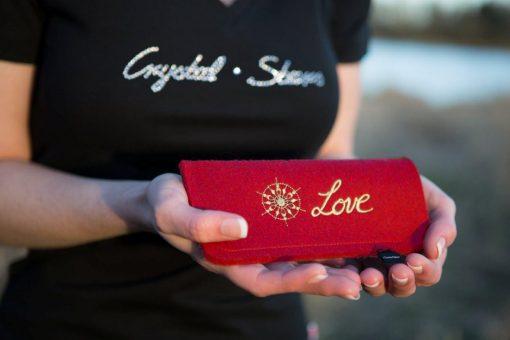 Brillenetui Filz Rot mit Kristall und Wort Love gestickt in Gold