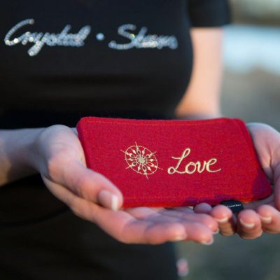 Handyhülle Filz rot mit Kristall und Wort Love in Gold, gestickt