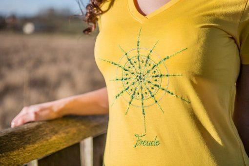 Damen T-Shirt mit V-Ausschnitt gelb mit Kristall Freude gestickt in Grüntönen
