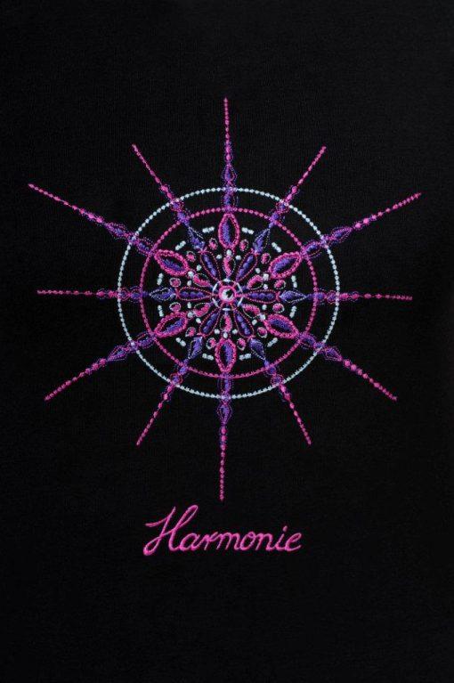 Kristall Harmonie gestickt auf schwarzem T-Shirt Großaufnahme