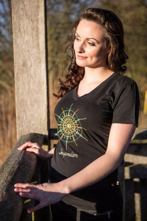 Damen T-Shirt schwarz mit V-Ausschnitt mit Kristall Inspiration gestickt in Gelb- und Grüntönen