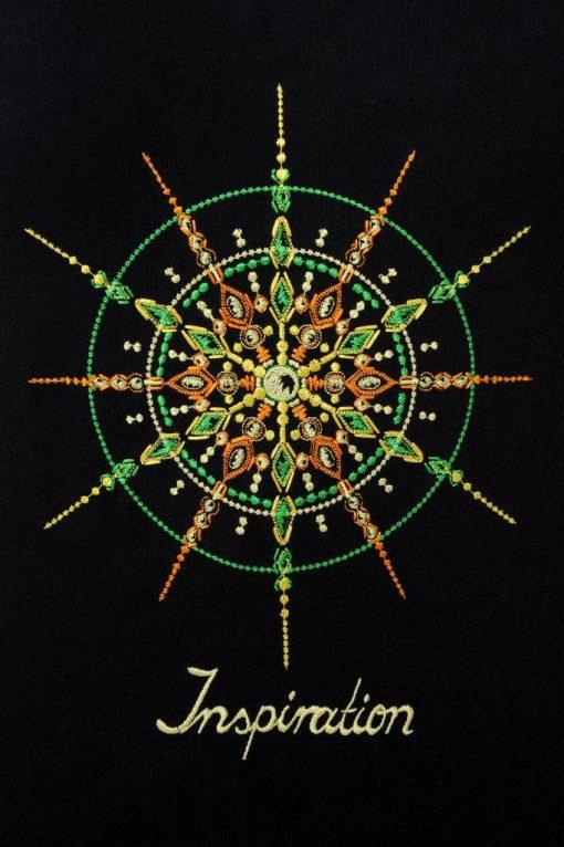 Kristall Inspiration gestickt auf schwarzem T-Shirt Großaufnahme