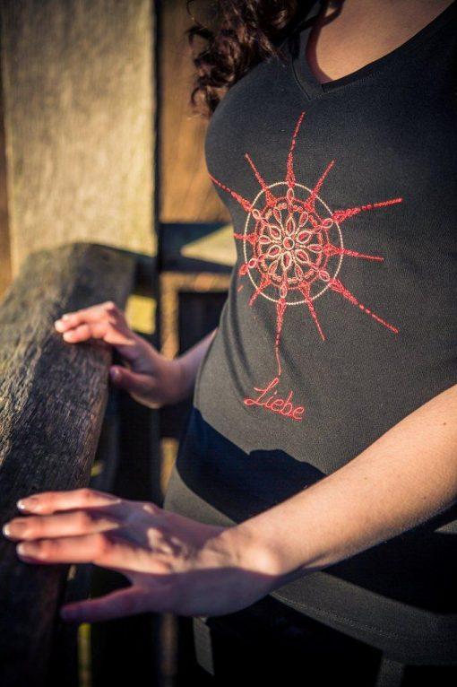 Damen T-Shirt mit V-Ausschnitt schwarz mit Kristall Liebe gestickt in Rottönen