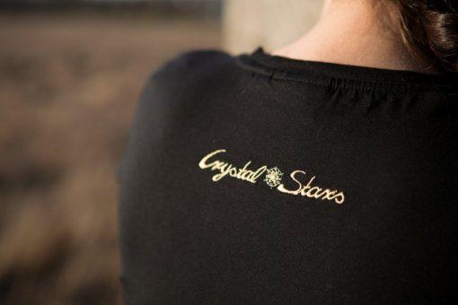 Logo Crystal Stars gestickt auf schwarzem Damen T-Shirt Nahaufname