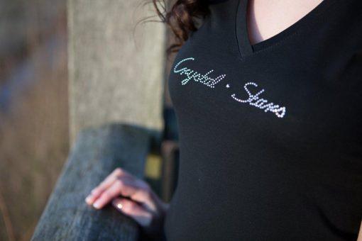 Logo Crystal Stars mit original Swarovski Kristallen auf einem schwarzen Damen T-Shirt mit V-Ausschnitt