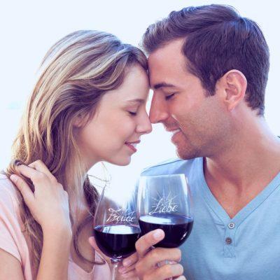 Pärchen mit Weingläser Liebe und Freude