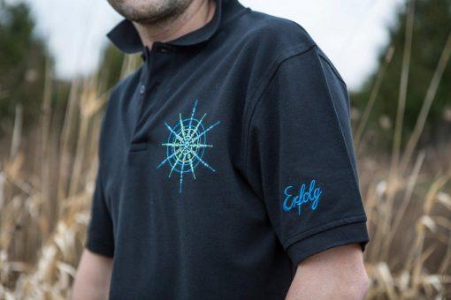 Poloshirt für Männer schwarz mit Kristall Erfolg gestickt in Blautönen