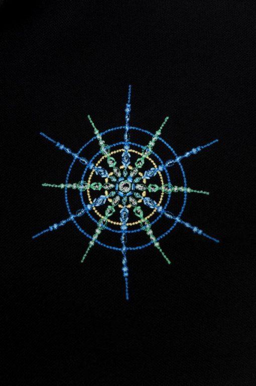 Kristall Erfolg gestickt auf blauem Polo-Shirt Großaufnahme