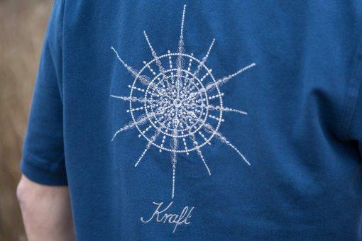 Kristall Kraft gestickt auf blauem Polo-Shirt Großaufnahme