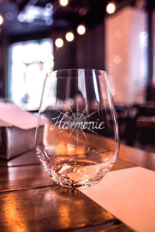 Wasserglas Harmonie auf Tisch