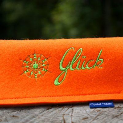 Brillenetui Filz orange mit Kristall und Wort Glück gestickt in Lime