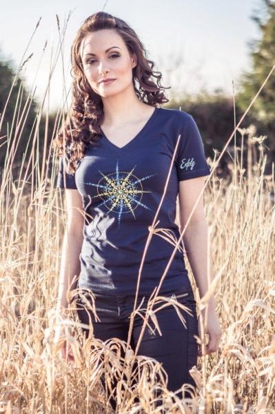Damen T-Shirt mit V-Ausschnitt blau mit Kristall Erfolg gedruckt in Blau- und Gelbtönen