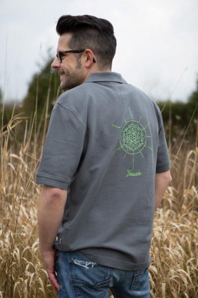 Poloshirt für Männer Grau mit Kristall Freude gestickt in Grüntönen